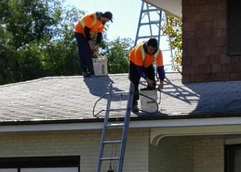 Winnipeg gutter cleaner Eaves Cleaned Plus