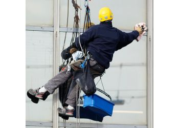 Oshawa window cleaner Ultra Window Cleaning